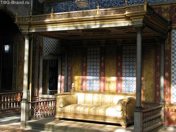 Тоже диван. Настоящий, султанский.