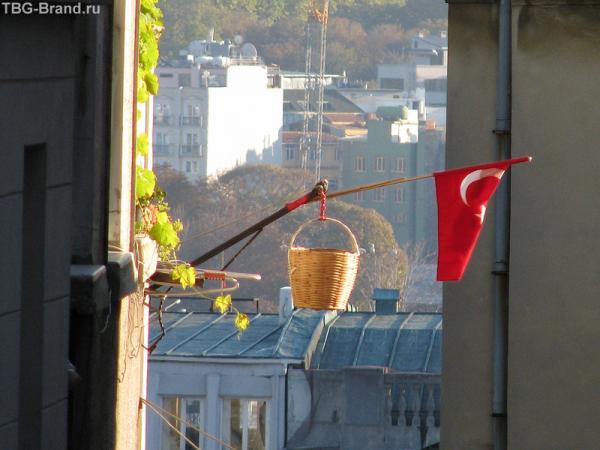Почти, как в Париже . Флаг только отличается. А корзиночка для свежего хлеба - такая же.