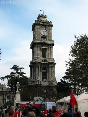 Башня у центрального входа. Ниже - вспоминающие Ататюрка )))
