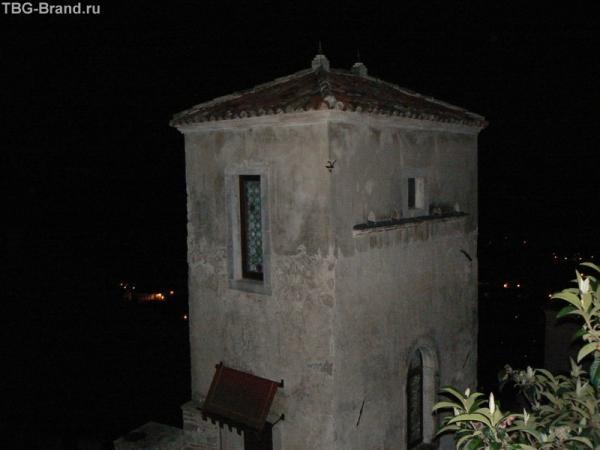 Это не просто так башенка, это номер в отеле Кастель Брандо.