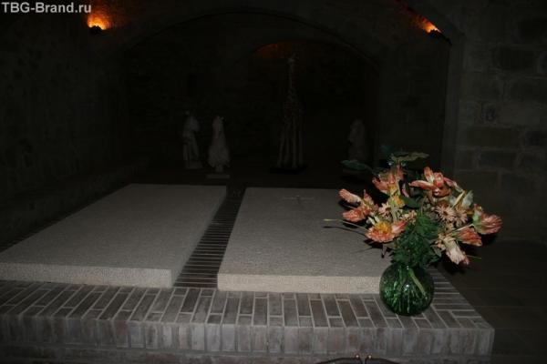 Могила Галы и надгробие, предназначенное дали для себя. похоронен он в Фигейросе...