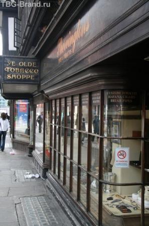 """Надпись на табачном магазине """" Курить запрещено"""""""