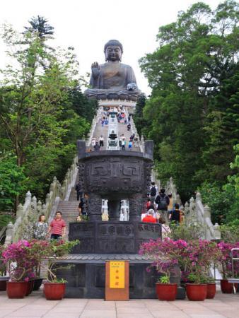 На Лантау - самая большая бронзовая статуя Будды - 58 метров высотой