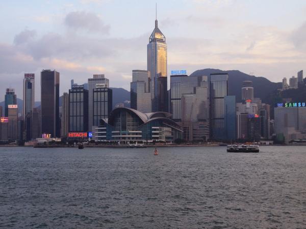 Вид с полуострова Коулун на о-в Гонконг.