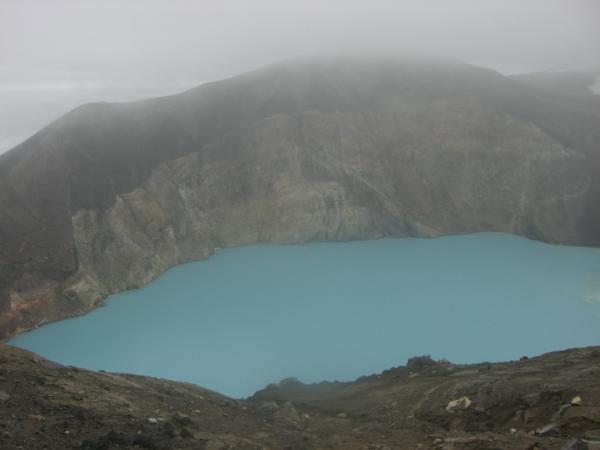 глубокое синее озеро..