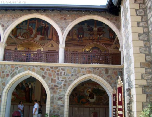 ...на верхних уровнях монастырского двора.