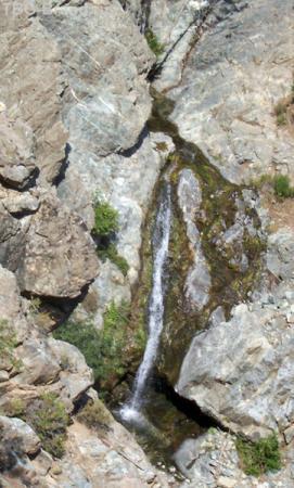 а по весне этот водопадик превращается в речку в глубину с метр.