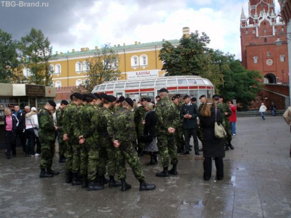 Военные в тот день были на каждом шагу.