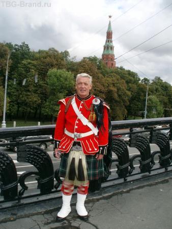 Настоящий шотландец на фоне Кремля