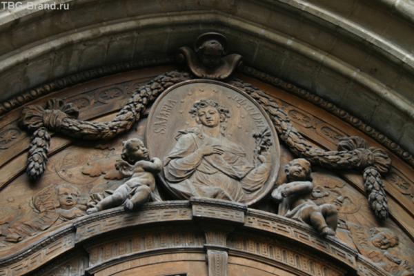 Рельев над входом в собор Фраункирхен