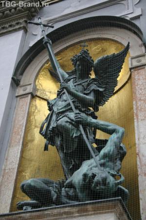 """Скульптурная группа """"Св.Михаил, борющийся со злом"""" стоит на страже у входа в церковь"""