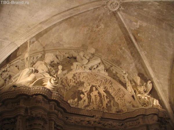 Скульптурная группа над входом в сокровищницу