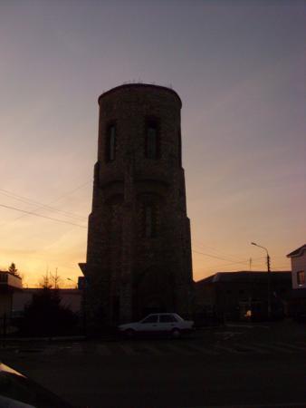 Башня неизвестного для нас назначения, обойти не получилось, позади нее тюрьма
