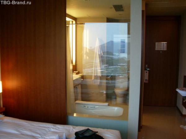 Телек в номере отеля можно смотреть из ванной