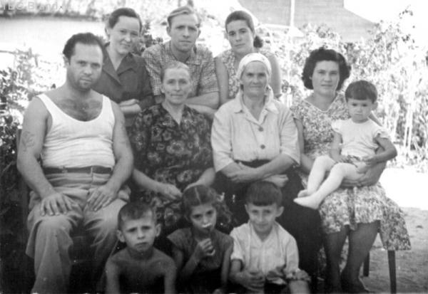 Я очень люблю эти старые фотографии. Когда мы приезжали к бабушке, обязательно фотографировались вместе, на память.