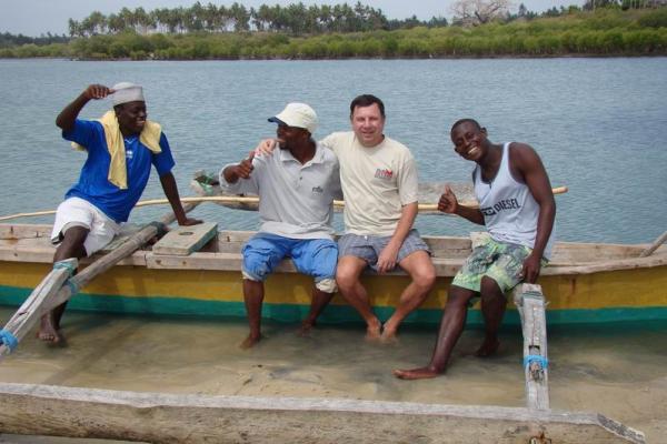 Колоритная группа на берегу реки Конго