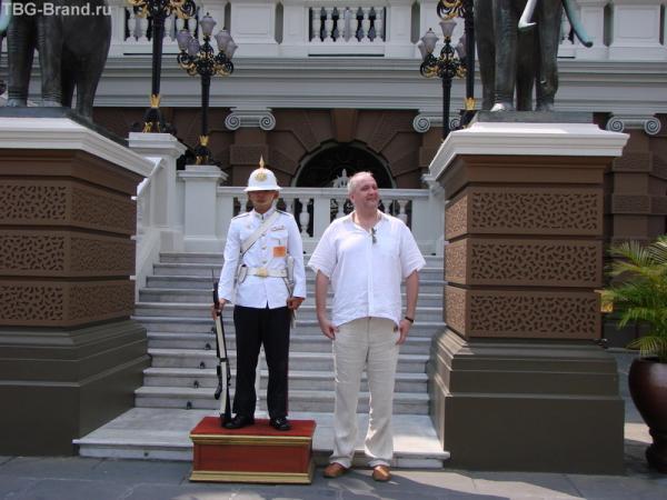 гвардеец на охране королевского дворца в Бангкоке