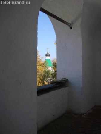и кстати это та самая колокольня с которой с деревянными крыльями прыгнул русский Икар. Может он шагнул именно в это окно.