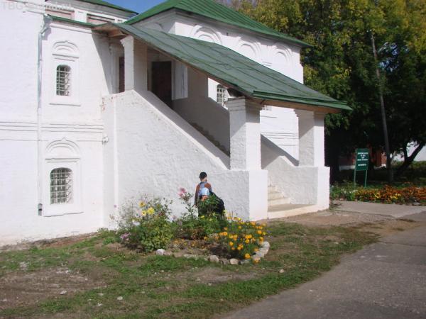 а это и есть летняя резиденция Ивана Грозного. Кстати по Рублевским меркам очень даже скромненько все.