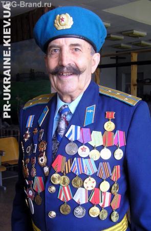 Мой дедушка был примерно такой, только без медалей и с удочкой