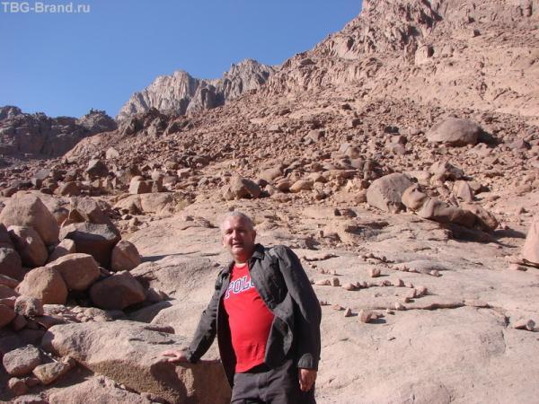 видите самую высокую гору у меня за спиной, чуть слева, это и есть гора Моисея. Оттуда мы и идем. А то место, где я, это еще далеко не низ.