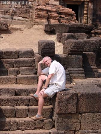 Ну кто так строит. Храмовый комплекс где то в горах Камбоджи. Когда ты на комнях, ты можешь быть уверен. что ты не на минном поле.