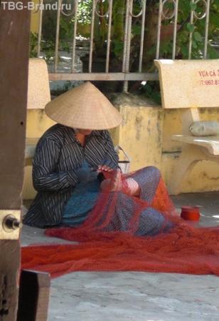а во дворе храма тётушки чинят сети. в работе участвуют две руки и одна нога. Причем пальцы ного что-то там перебирают, прижимают. Корче у меня так не получится.