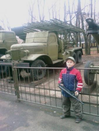 """С копией немецкого автомата М-40 на фоне легендарной """"Катюши"""", как по мне так пусть на этом знакомство с армией и остановится."""