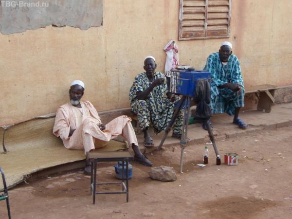 Африканские фотографы. :о) Тут можно сделать фото на документы или как сувенир