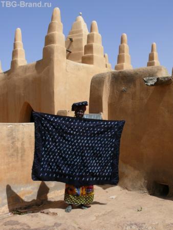 У мечети идет торговля тканями, крашеными индиго