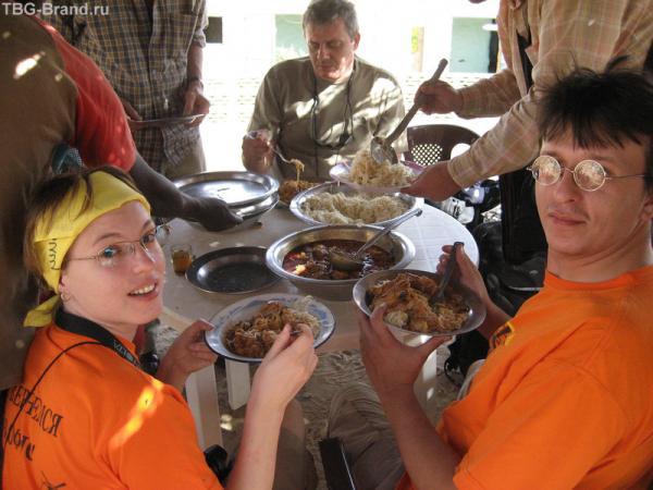 На обед, как правило, жесткая курица с рисом или кускусом. Дуру -- продвинутая деревня. тут есть даже спагетти.