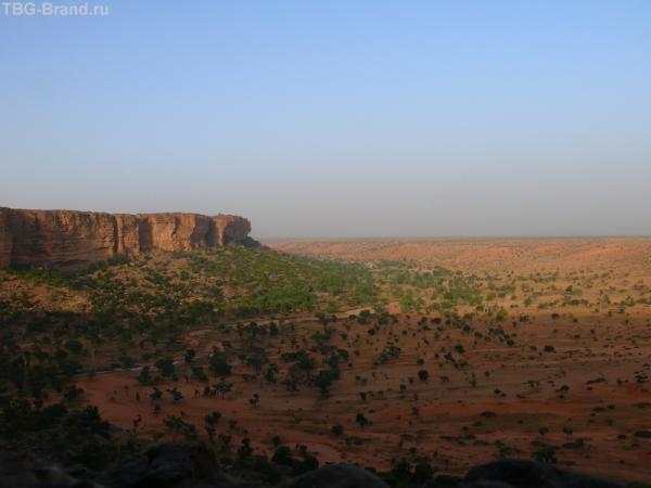 К плато вплотную подступают пески. Всего несколько тысяч лет назад тут был дождевой тропический лес