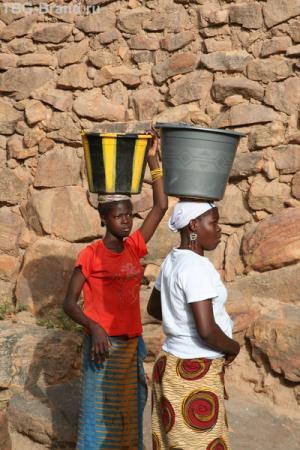 Девушки уже успели сходить за водой