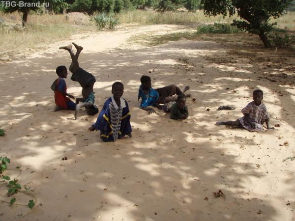 Дети пытаются заработать на туристах