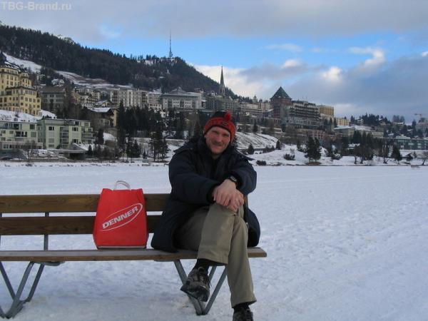 Санкт-Мориц, лавка стоит на льду озера