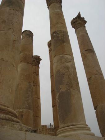 Эти колонны простояли тысячи лет благодаря тому, что они составные и качаются. Джераш.