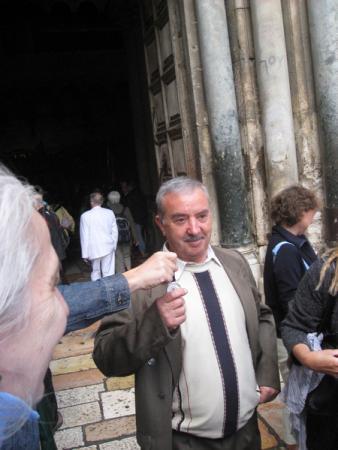 Этот турок хозяин земли на которой стоит Храм Гроба Господня. Любит фотографироваться и демонстрирует часы подаренные ему Путиным.