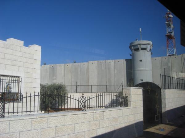 Вот таким забором Израиль окружил территорию Вифлиема, Палестинскую часть.