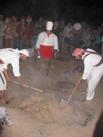 Из песка вынимают томившуюся 5 часов баранину. Ужин в пустыни Вади Рам.