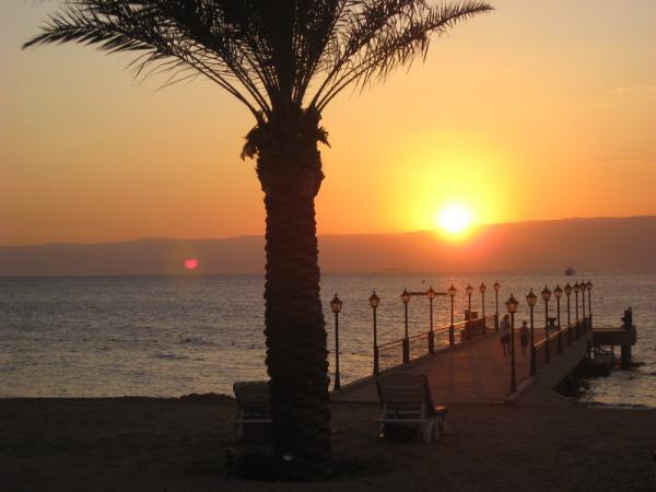 Закат на пляже Акабского залива.