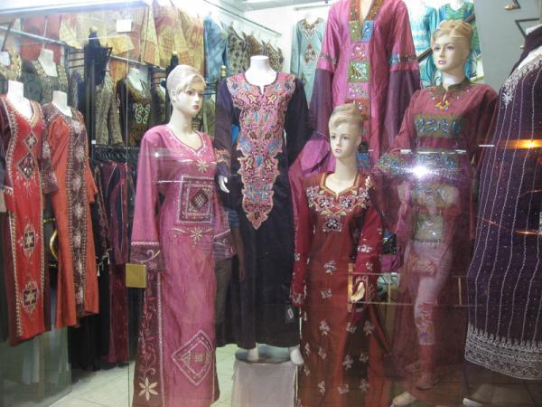 Вечером в Акабе интересно посмотреть витрины с национальными платьями с вышивкой.