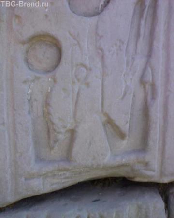 Типично древнеегиптеские персонажи. Дядя Сэм (с бородкой) и колобок пьют кофе.