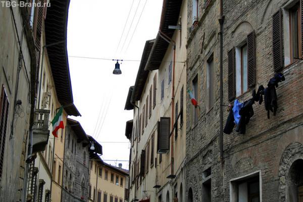 Колле-ди-Валь-Д'Эльса. Итальянский флаг и белье...