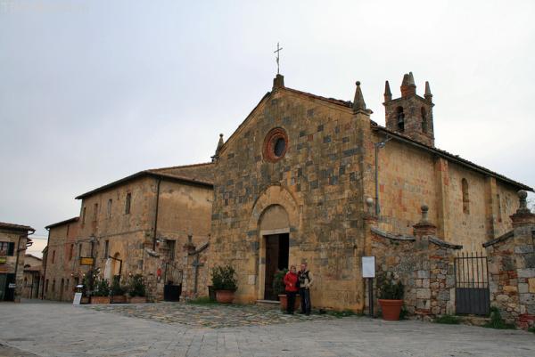 Монтериджони. Церковь