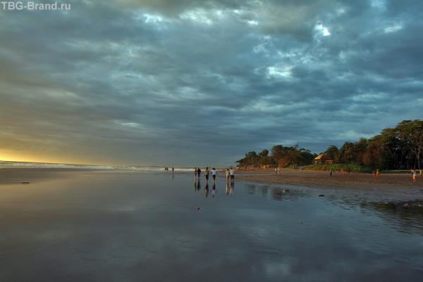 прогулка вдоль океана на закате