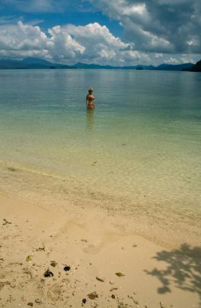 пляж на острове и девушка