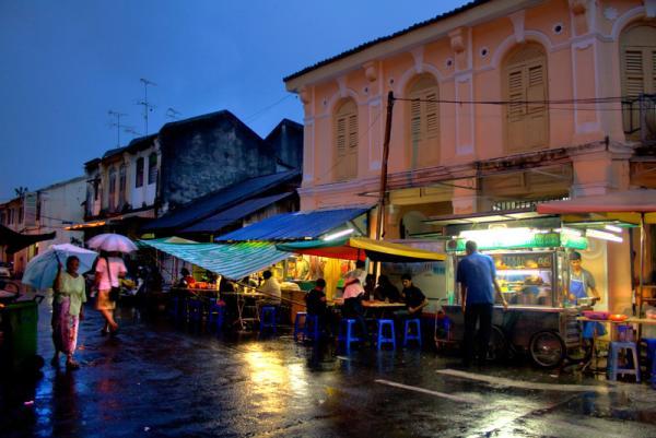 маленькая Индия... несмотря на дождь, ужин на свежем воздухе