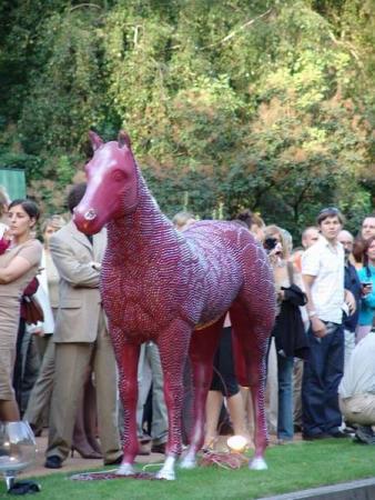 конь красный