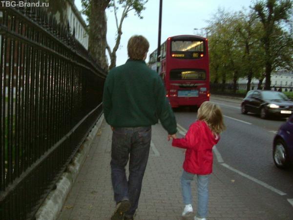 Прогулка. Папа с дочкой.