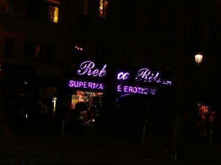 Простых секс-шопов в Париже уже не хватает. Пришлось открыть целый эротический супермаркет.